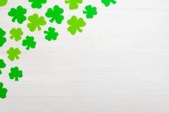 Знамя темы дня ` s St. Patrick красочное горизонтальное Зеленые листья shamrock на белой деревянной предпосылке Элементы ремесла  Стоковая Фотография RF