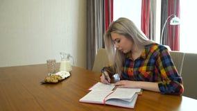 Знание изучая сочинительство студента университета девушки сток-видео