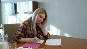 Знание изучая сочинительство студента университета девушки видеоматериал