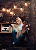 Знание и понимание прочитанного ключи к грамотности Студент женщины наслаждается прочитать грамотность Студент получает знание стоковое фото rf