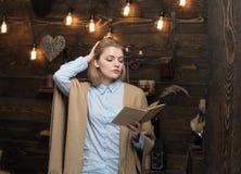 Знание путь к успеху Милая женщина прочитала книгу Студент женщины наслаждается прочитать грамотность Знание и стоковая фотография rf