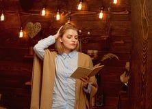 Знание путь к успеху Милая женщина прочитала книгу Студент женщины наслаждается прочитать грамотность Знание и стоковые фотографии rf