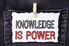 Знание текста сочинительства слова сила Концепция дела для учить передаст вам преимущество над другими написанными на белое липко стоковые фотографии rf