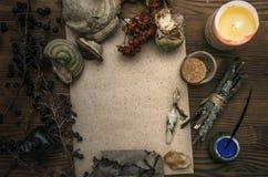 Знахарь shaman колдовство Волшебная таблица альтернативный bamboo поднос спы микстуры деталей ginkgo biloba ванны Стоковое фото RF