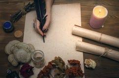 Знахарь shaman колдовство Волшебная таблица альтернативный bamboo поднос спы микстуры деталей ginkgo biloba ванны Стоковая Фотография
