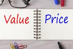 Значение и цена написанные на тетради стоковая фотография rf