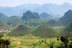 Значительно названные пары горы & x27; Nui Doi& x27; , Ба Quan, Ha Giang, Вьетнам Стоковое фото RF