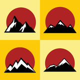 Значки горы плоские с красным солнцем на желтой предпосылке Стоковая Фотография RF