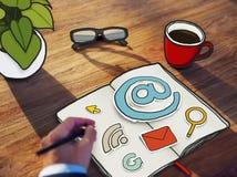Значки компьютера чертежа бизнесмена на блокноте Стоковые Фото