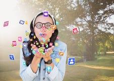 значки применения молодой женщины битника дуя от ее рук в парке Стоковые Изображения RF