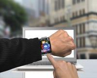 Значки app пункта пальца бизнесмена smartwatch с изогнутое взаимо- Стоковые Изображения RF