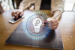 Значок лампы на виртуальном экране Решение дела Социальная принципиальная схема средств Стоковая Фотография RF