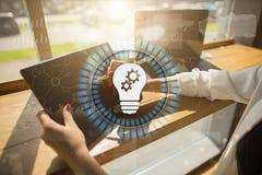 Значок лампы на виртуальном экране Решение дела Социальная принципиальная схема средств Стоковые Фото