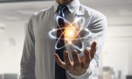 Значок атома в ладони Мультимедиа Мультимедиа Стоковые Фото