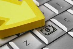 Значок денег на клавиатуре компьютера Электронная коммерция финансов Стоковое Изображение