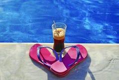 Значок лета - бассейн - холодные ремни пинка кофе стоковые фото