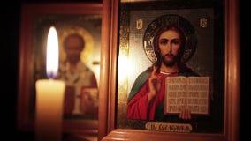 Значок Иисуса Христоса и свечи сток-видео