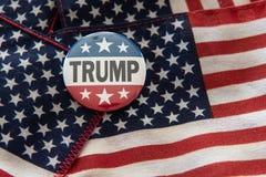 Значок кампании государственного флага США козыря 2020 против флага Сое стоковые фотографии rf