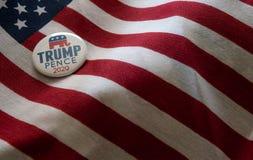 Значок кампании Козыр-пенни 2020 против флагов Соединенных Штатов стоковое изображение rf