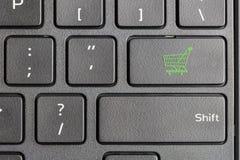 Значок магазинной тележкаи на клавиатуре компьютера Стоковые Фотографии RF