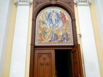 Значок над входными дверями к церков стоковая фотография rf