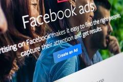 Значок применения объявлений Facebook на конце-вверх экрана Яблока iMac Значок app дела Facebook Применение черни объявлений Face стоковое изображение