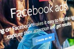 Значок применения объявлений Facebook на конце-вверх экрана Яблока iMac Значок app дела Facebook Применение черни объявлений Face стоковая фотография