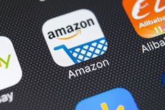 Значок применения покупок Амазонки на конце-вверх экрана iPhone x Яблока Значок Амазонки ходя по магазинам app Применение черни А Стоковое фото RF