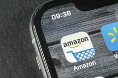 Значок применения покупок Амазонки на конце-вверх экрана iPhone x Яблока Значок Амазонки ходя по магазинам app Применение черни А Стоковая Фотография