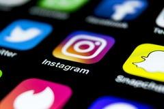 Значок применения Instagram на конце-вверх экрана smartphone iPhone x Яблока Значок Instagram app Социальный значок средств массо стоковые фотографии rf