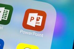 Значок применения PowerPoint Майкрософт Офис на конце-вверх экрана iPhone x Яблока Значок PowerPoint app Силовая точка Майкрософт стоковое изображение rf