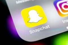 Значок применения Snapchat на конце-вверх экрана smartphone iPhone x Яблока Значок Snapchat app Социальный значок средств массово стоковые фотографии rf
