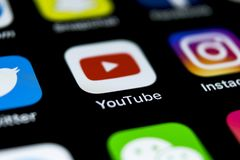 Значок применения YouTube на конце-вверх экрана smartphone iPhone x Яблока Значок Youtube app Социальный значок средств массовой  Стоковые Фотографии RF