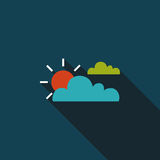 Значок Солнця и облака плоский с длинной тенью Стоковое Изображение RF