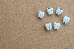 Значок шаржа зубов здоровья и разваленный значок на деревянной предпосылке пробочки стоковые изображения rf