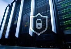 Значок экрана предохранения от кибер на предпосылке комнаты сервера Информационная безопасность и обнаружение вируса стоковые изображения rf