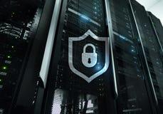 Значок экрана предохранения от кибер на предпосылке комнаты сервера Информационная безопасность и обнаружение вируса стоковая фотография rf