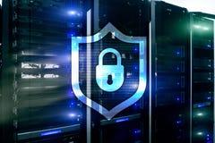 Значок экрана предохранения от кибер на предпосылке комнаты сервера Информационная безопасность и обнаружение вируса бесплатная иллюстрация