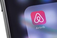 Значок Airbnb на smartphone экрана Airbnb - обслуживание для booki стоковые изображения rf