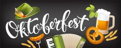 Значок Oktoberfest установил с шляпой, аккордеоном, сосиской, кренделем, хмелями, флагом и кружкой пива Стоковое Изображение