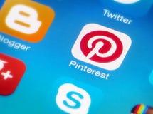 Значок Pinterest на smartphone Стоковая Фотография RF