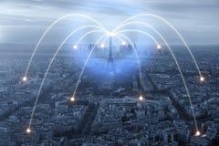 Значок Wifi и город Парижа с концепцией сетевого подключения, городом Парижа умным и беспроволочной коммуникационной сетью Стоковые Фотографии RF