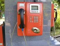 знонит по телефону публике Стоковая Фотография