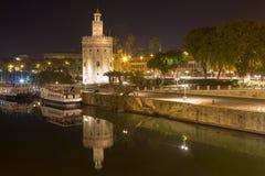 Золотая башня с изумительным отражением стоковые фото