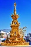 Золотая башня с часами в Chiang Rai, Таиланде Стоковое Изображение