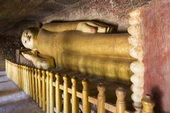 Золотая возлежа статуя Будды, Мьянма стоковая фотография