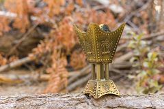 Золотая горелка ладана censer на деревянном журнале Стоковая Фотография RF