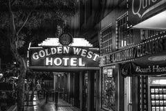 Золотая западная гостиница на историческом квартале Сан-Диего к ночь - КАЛИФОРНИЯ Gaslamp, США - 18-ОЕ МАРТА 2019 стоковые фотографии rf