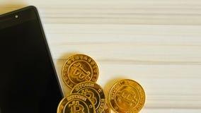 Золотая идея изображения монетки валюты Bitcoins виртуальная для как предпосылки видеоматериал