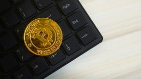 Золотая идея изображения монетки валюты Bitcoins виртуальная для как предпосылки акции видеоматериалы